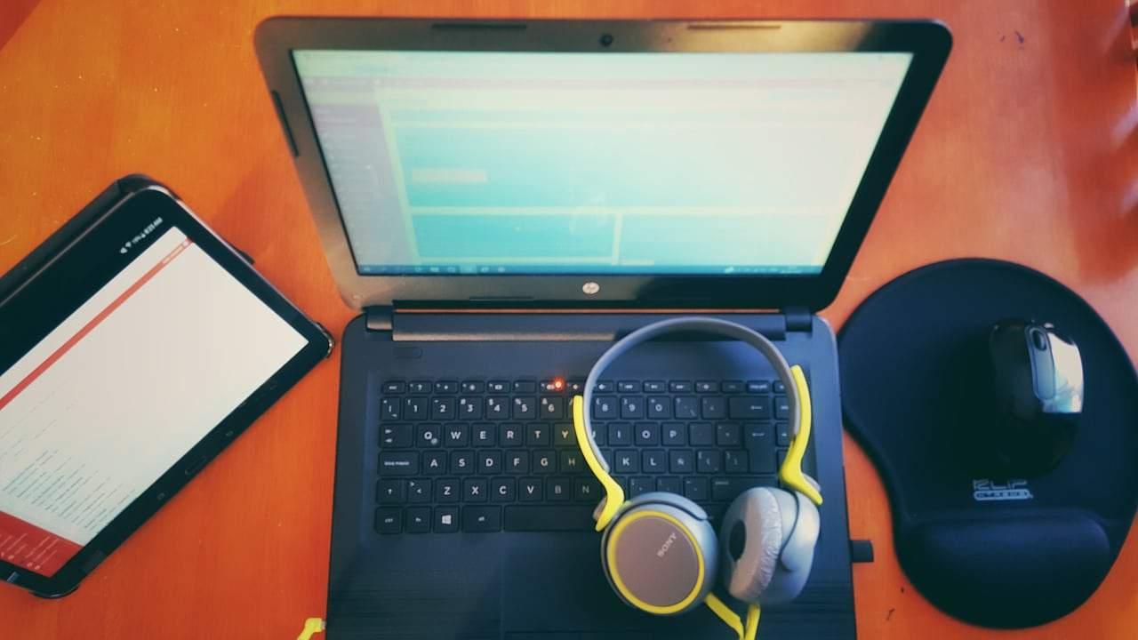 Laptop computer and headphones